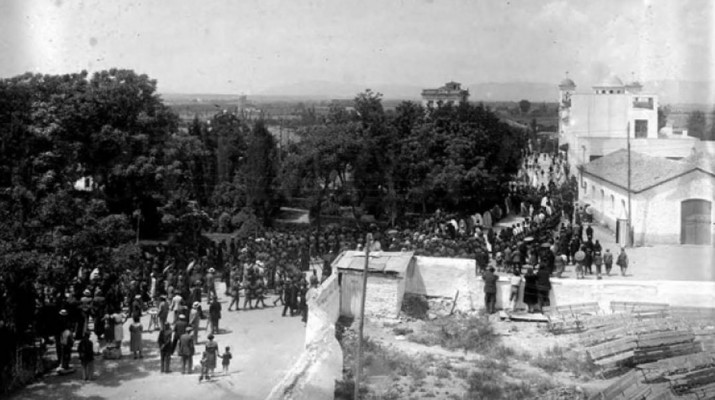 Η πομπή της λιτάνευσης της εικόνας του Αγ. Αχιλλίου επιστρέφει στην μητροπολιτικό ναό. Φωτογραφία από οίκο δημοπρασιών. Περίπου 1933.