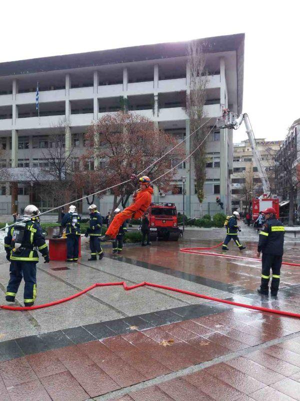 madenlidis pyrosvestikis 26 - O Σεβασμιώτατος ευλόγησε την εντυπωσιακή επίδειξη από την Πυροσβεστικής Υπηρεσίας Λάρισας