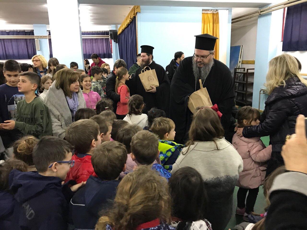 sxolia tirnavos 2 - Σε σχολεία του Τυρνάβου ο Σεβασμιώτατος (φωτ.)