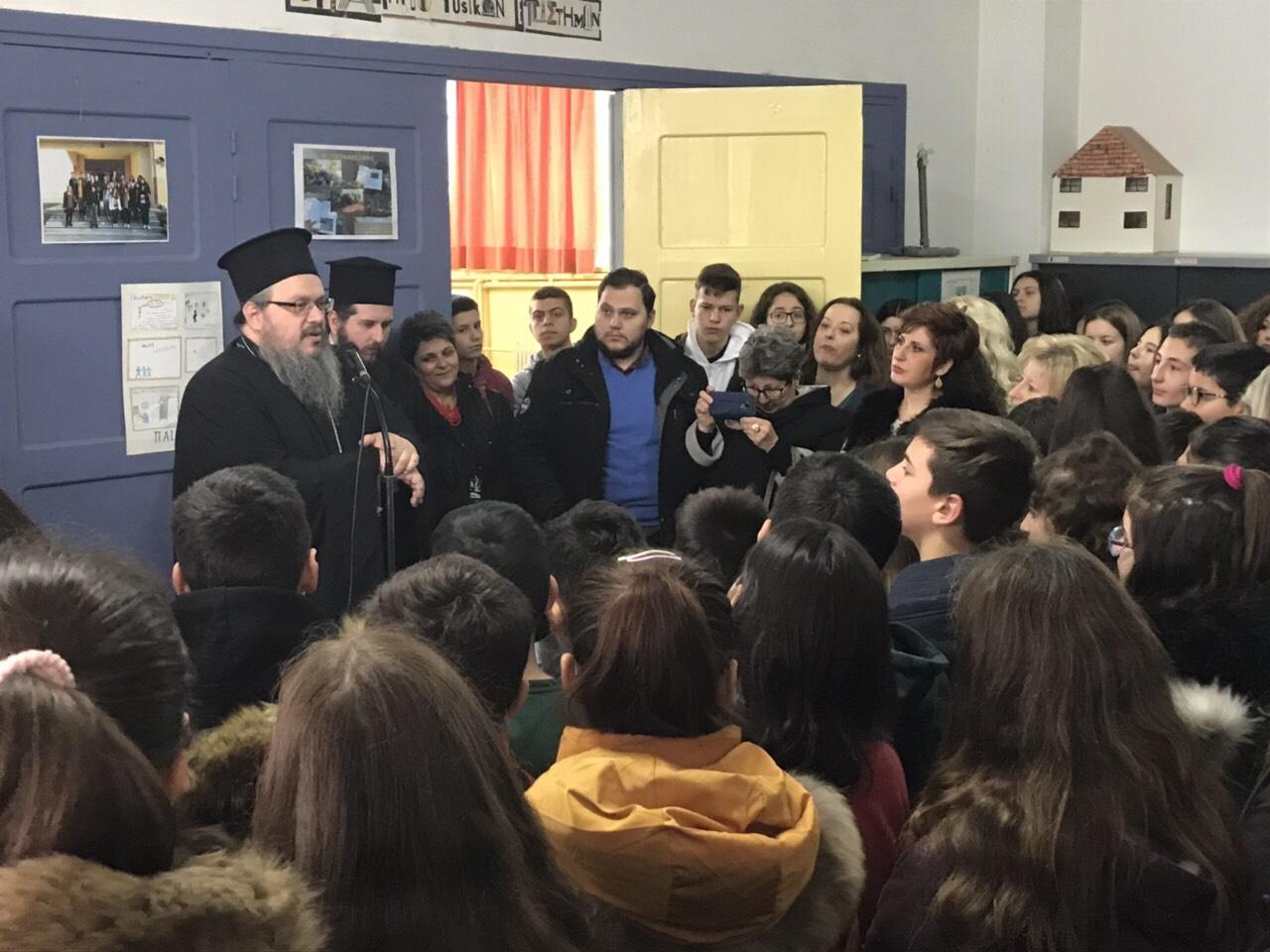 sxolia tirnavos 3 - Σε σχολεία του Τυρνάβου ο Σεβασμιώτατος (φωτ.)