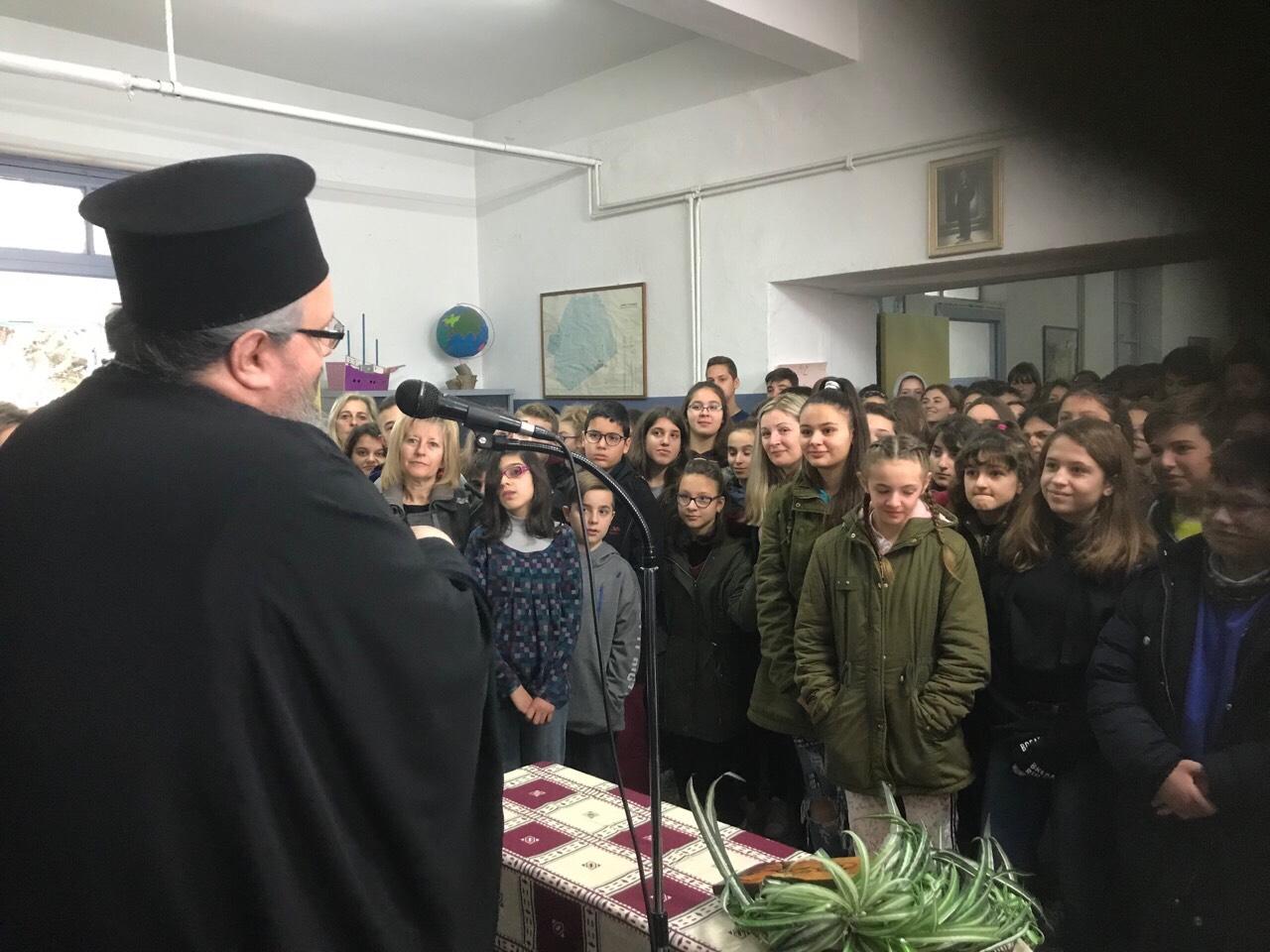 sxolia tirnavos 9 - Σε σχολεία του Τυρνάβου ο Σεβασμιώτατος (φωτ.)