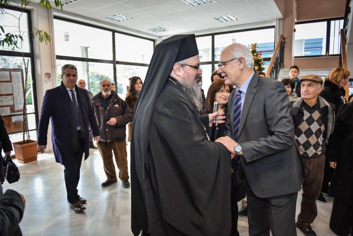 pita dimos 2020 2 - Ο Σεβασμιώτατος ευλόγησε την Βασιλόπιτα του Δήμου Λαρισαίων