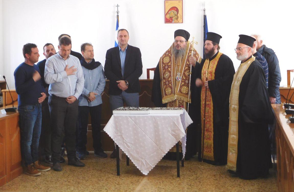 pita tyrnavos 1 - Ο Σεβασμιώτατος ευλόγησε την Βασιλόπιτα του Δήμου Τυρνάβου (φωτο)